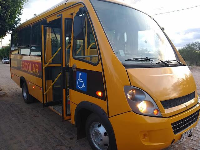 Prefeitura de Olho d' Água do Casado entrega mais um ônibus escolar revitalizado