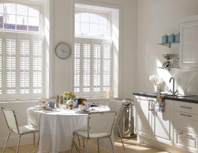 Białe okiennice w kuchni