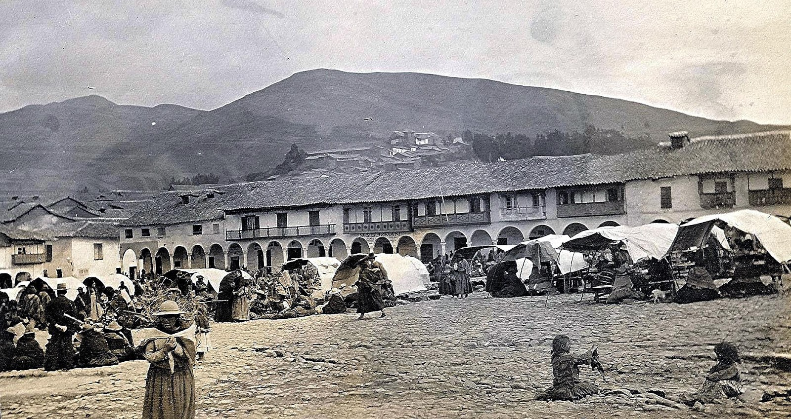Foto antigua de Feria en la Plaza de Armas de Cusco