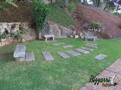 Caminho no jardim com pedra folheta e o banco de pedra folheta.