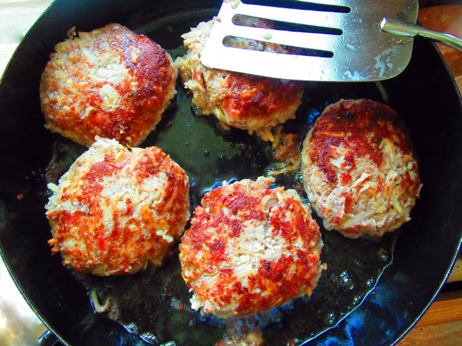 Beef and potato patties in béchamel sauce by Laka kuharica: fry the patties in peanut oil only on one side.