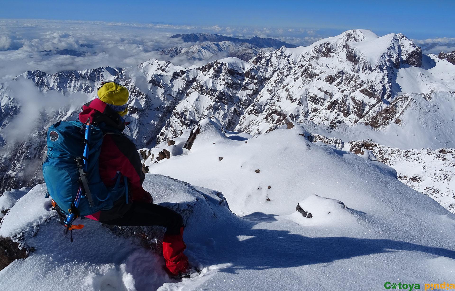 En la cima del Toubkal, el techo de la Cordillera del Atlas