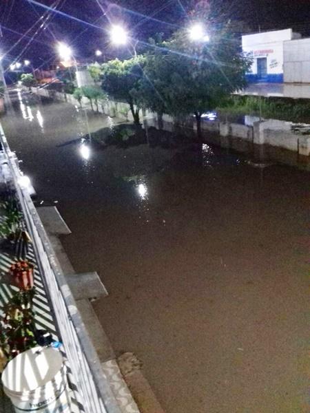 Forte chuva deixa ruas e avenidas totalmente alagadas em Brejo - MA.