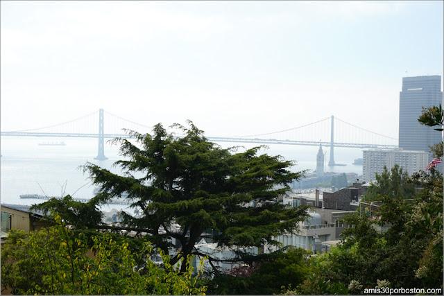 Vistas desde el Exterior de la Torre Coit del Puente de la Bahía de San Francisco