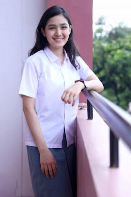 Artis Seragam SMA ROk Pendek Seksi Cut Syifa manis rok putih abu abu