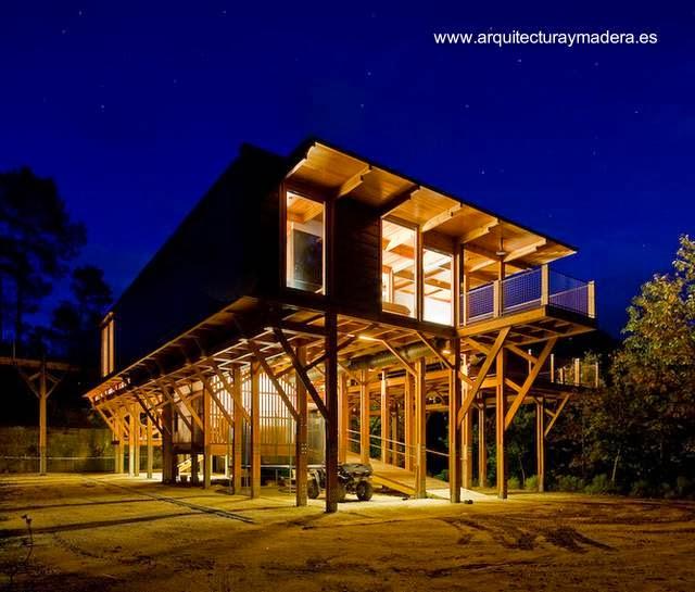Casa moderna de madera elevada en Portugal