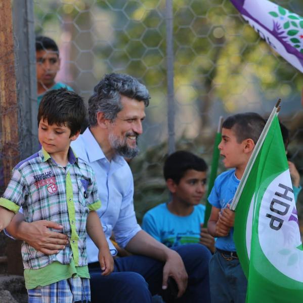 Felicidades por la victoria, amigo mío, le dice Paylan a Pashinyan