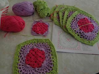 81bc56faadcc Les traigo un camino de mesa al crochet realizado con hilo Solé de LHO,  colores fucsia, lila y verde, con remates en negro. Les dejo el diagrama,  ...