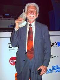 Martin Cooper utilizando un Motorola DynaTAC.