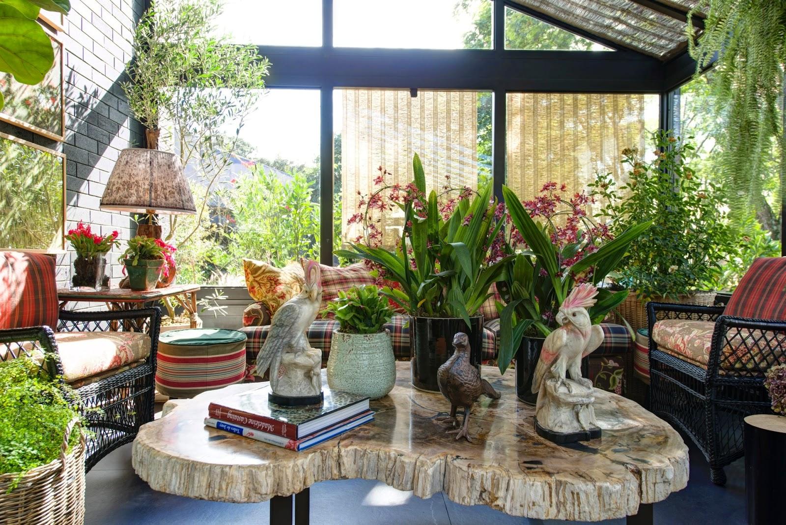 no-terraco-da-casa-de-campo-projetada-por-sig-bergamin-as-variadas-especies-de-plantas-estao-distribuidas-entre-as-pecas-marcadas-pelo-mistura-de-estampas-e-pelas-cores-quentes-a-1403027.jpg