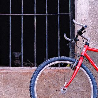Una bicicleta frente a ventana de la herrería