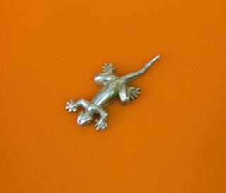 Pingente feito sob medida com lagartixa (geco)