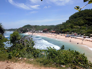 Pantai indrayanti dari atas tebing kiri