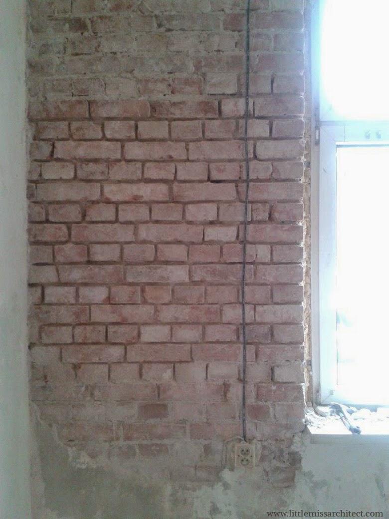ściana po skuciu tynku i starej zaprawy