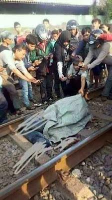 foto orang berebut motoin korban kecelakaan kereta api