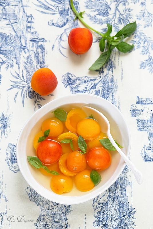 Abricots pochés au sirop de basilic