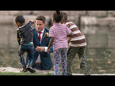 Pria Ini Terjun Untuk menyelamatkan Anak Yang Jatuh Ke Sungai