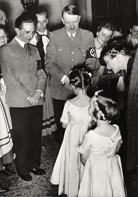 Magda Goebbels presentando a sus hijas a Hitler