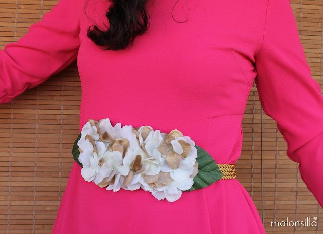 Cinturon de flores blanco y dorado con hojas verdes para boda