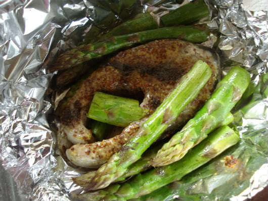 Salmon steaks with asparagus by Laka kuharica: Carefully remove foil