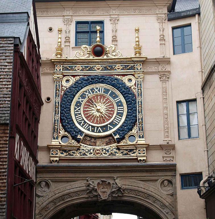 Relógio público na cidade de Rouen, França.