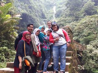 Istitahat sejenak dalam perjalanan ke Bermain air di Air Terjun Madakaripura Probolinggo, Jawa Timur