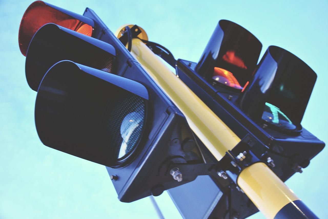 Aksi Kawanan Pemotor Terobos Lampu Merah