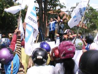 Tuntut Pesangon, Massa SPN Demo Pemkab Jombang