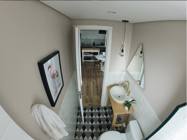 Dicas de como decorar o banheiro com revestimentos diferentes de azulejo, como pintura, cimento queimado e papel de parede.