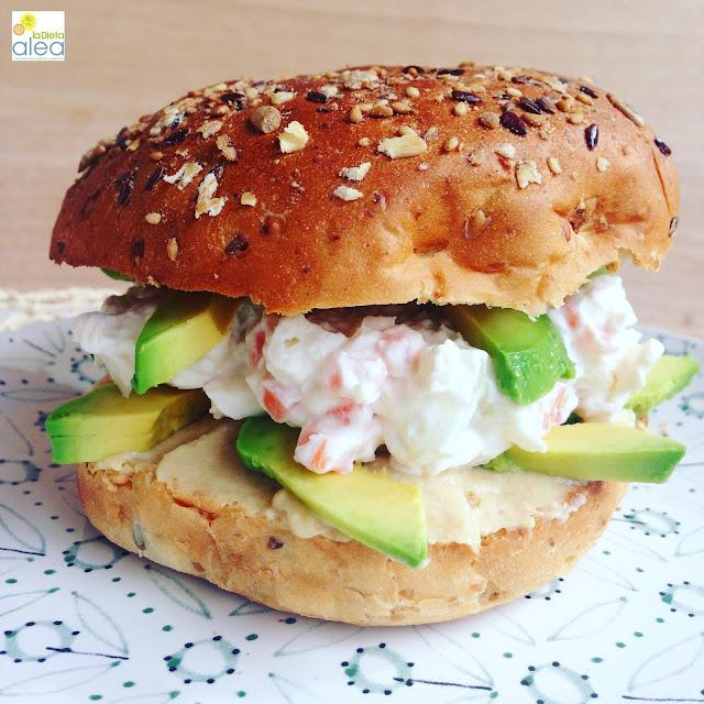 Sándwich especial con aguacate y humus
