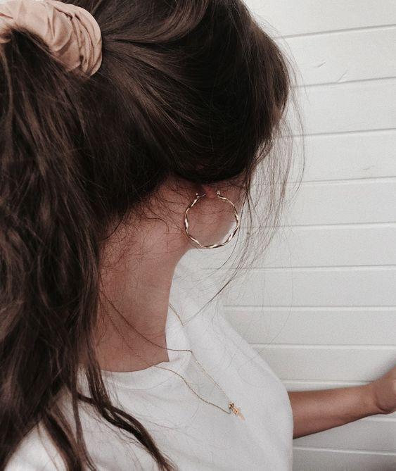 #whisperbysara #streetstyleblog #streetstyle #neginmirsalehi #penteados #penteado #scrunchie #scrunchies #ponytail #halfpony #rabodecavalo #meiopreso #updo #updos #jewel #hoops