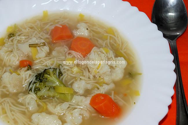 Sopa de verduras con brócoli y fideos