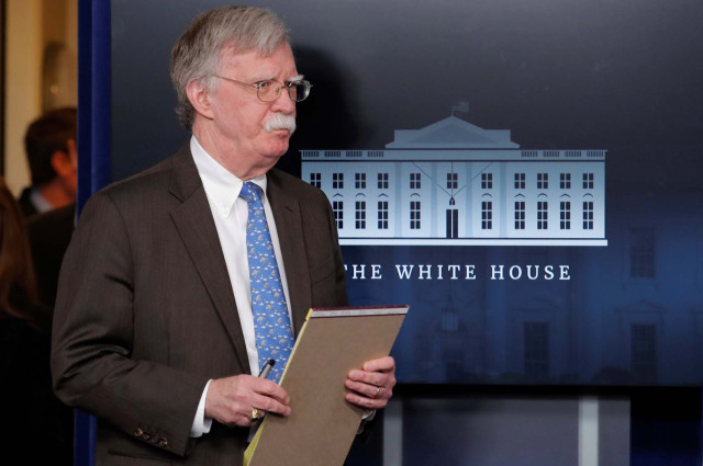 Bolton celebra la llegada de Guaidó a Venezuela, mientras lanza otra advertencia a Maduro