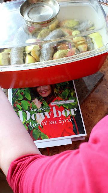 Katarzyna Dowbor,Apetaty na życie,książka katarzyny dowbor,poradnik dojrzałej kobiety,kiełbasa biała z jablkami,przepisy na imprezę,najlepszy blog kulinarny,wódka żubrówka,z kuchni do kuchni,TVP,wydawnictwo buchmann,