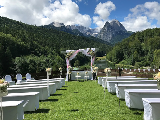 Berghochzeit unter freiem Himmel, London meets Garmisch-Partenkirchen, Sommerhochzeit im Vintage-Look in Bayern mit internationalen Hochzeitsgästen, Riessersee Hotel, Hochzeitsplanerin Uschi Glas