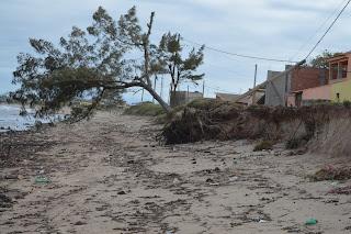 http://vnoticia.com.br/noticia/1898-mar-revolto-provoca-erosao-e-derruba-poste-de-energia-e-arvore-na-praia-de-guaxindiba