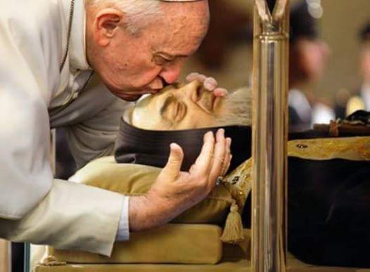 Resultado de imagem para papa francisco e padre pio