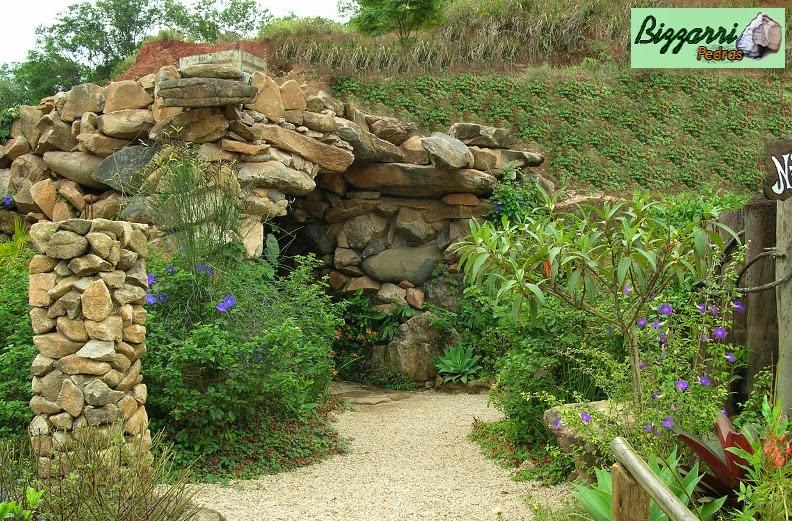 Execução do caminho no jardim com pedregulho do rio com execução do paisagismo e da gruta de pedra.
