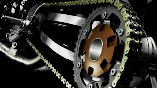 merawat rantai motor dengan memposisikan gear depan dan belakang sejajar
