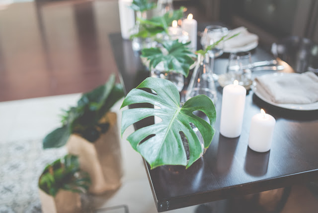 Ozdoby na stołach weselnych z liści monstery