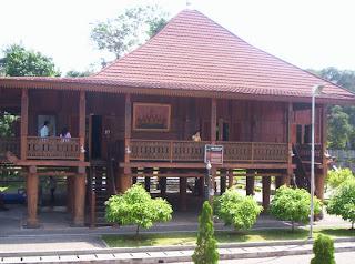 Nuwou Sesat adalah ikon rumah adat Kebanggan Lampung