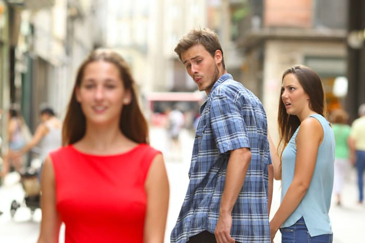 Novio distraído meme