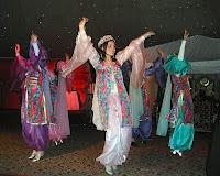 Çiftetelli kıyafetleriyle çiftetelli oynayan folklorcu bayanlar