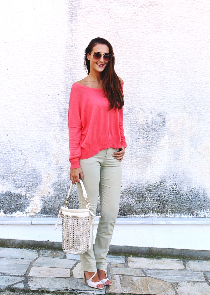 coral pink loose sweater outfit with beige jeans and beige sandals
