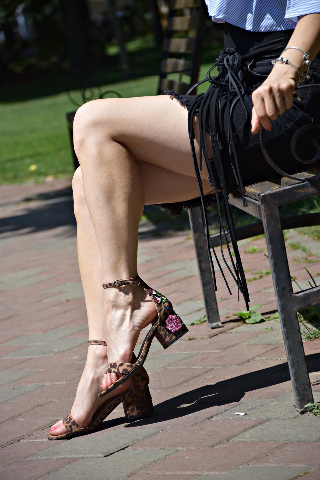 Sandale animal print cu imprimeu floral si toc mic, cu bareta