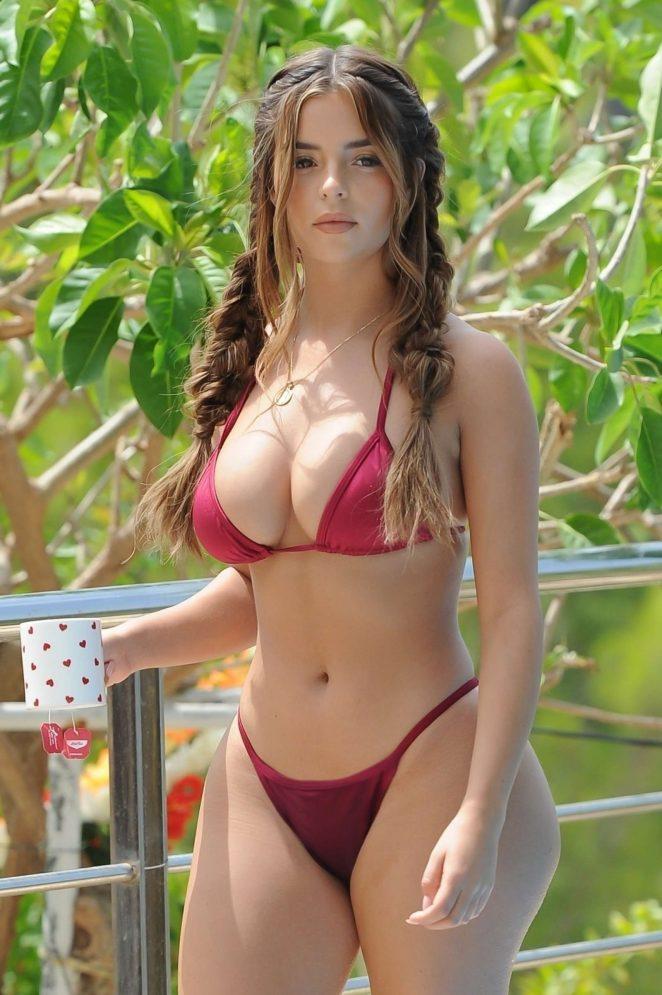 Модель Демі Роуз (Demi Rose) у червоному бікіні біля басейну на Ібіці.