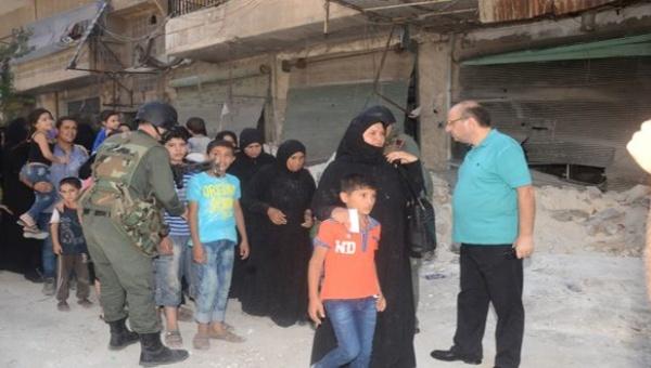 Cientos de sirios salen de Alepo por corredor humanitario