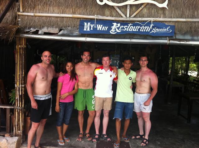 Foto con los camareros del bar en la playa