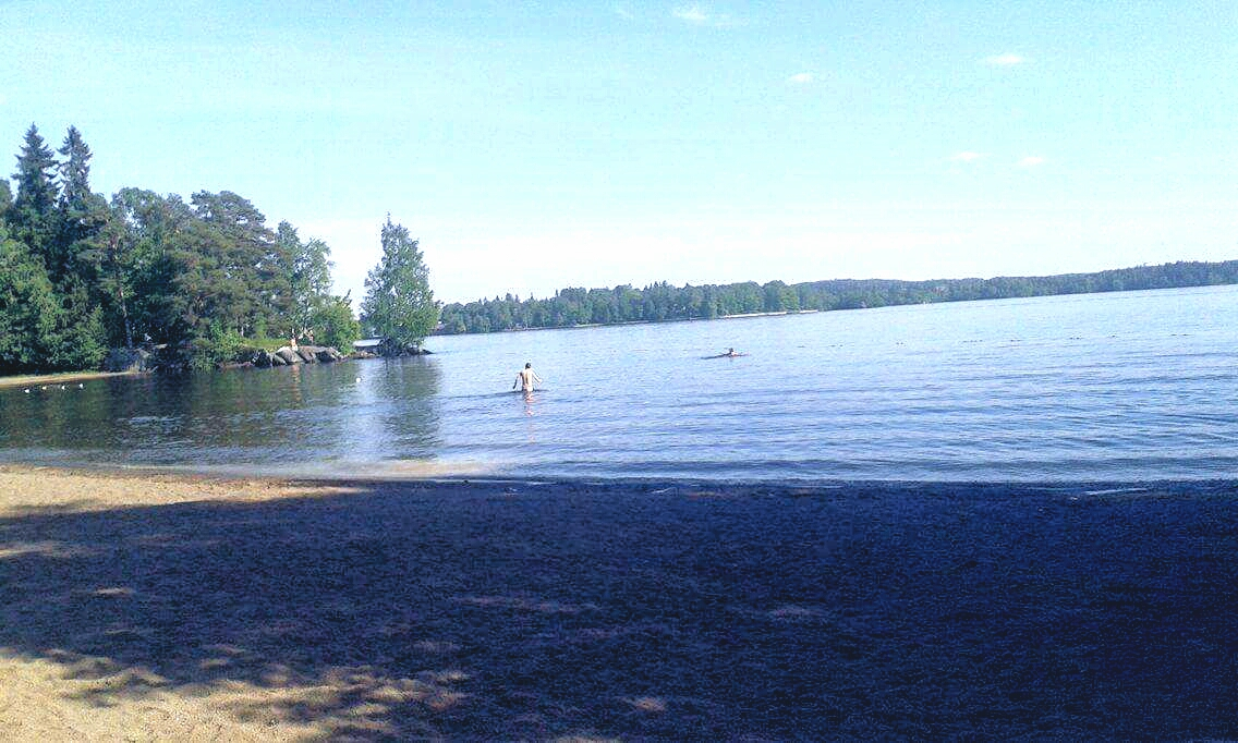 Finlandiya'nın Tampere şehrindeki Pyhä gölü kenarındaki plaj