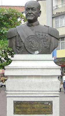 Foto al monumento de Gustavo Rojas Pinilla
